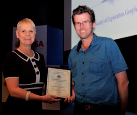 Shaun Strong receiving the Shanti Rajagopalan Memorial Award from ASEG President Andrea Rutley
